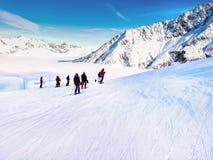 Gli sciatori sullo sci pende a Chamonix-Mont-Blanc, Francia Immagini Stock Libere da Diritti