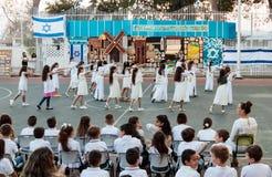 Gli scolari dalla scuola Katzenelson celebrano 50 anni di Fotografie Stock