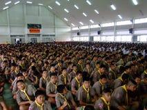 Gli scolari si siedono all'assemblea, Tailandia. Fotografie Stock