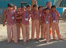 Gli scolari si sono vestiti in uniforme vanno a casa dopo le classi a Ahmedabad, India fotografia stock