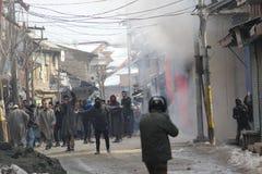 Gli scontri pesanti scoppiano nella città di Sopore dopo le preghiere di venerdì Immagine Stock