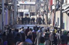 Gli scontri pesanti scoppiano nella città di Sopore dopo le preghiere di venerdì a Sopore Fotografia Stock