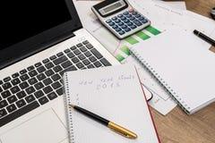 gli scopi e un computer portatile da 2018 nuovi anni Fotografia Stock
