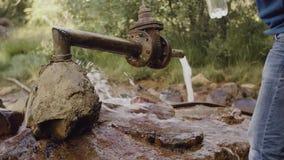 Gli scorrimenti dell'acqua da metallo arrugginito convogliano la fonte della traccia di montagna video d archivio