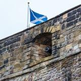 Gli Scottish inbandierano sorvolare il cannone del castello Immagini Stock Libere da Diritti