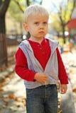 Gli sguardi fissi del ragazzo Fotografie Stock