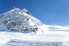 Gli ski-lift e la neve recinta le alpi austriache Immagini Stock Libere da Diritti