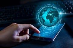 Gli Smart Phone e la gente di affari rara di Internet del mondo di comunicazione dei collegamenti del globo premono il telefono p immagine stock libera da diritti