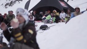 Gli Snowboarders e l'applauso degli sciatori dentro campeggiano Stazione sciistica Goda dell'evento felicità stock footage