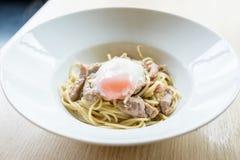 Gli spaghetti caldi e la carne di maiale affettata fritta con aglio riempiono con onse Immagini Stock