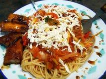 Gli spaghetti con formaggio hanno preparato nello stile sudamericano fotografie stock libere da diritti