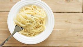 Gli spaghetti e la forcella sono alzati Fotografie Stock Libere da Diritti