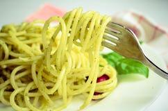 Gli spaghetti italiani della pasta con la salsa ed il basilico casalinghi di pesto coprono di foglie Fotografia Stock Libera da Diritti