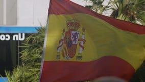 Gli Spagnoli inbandierano l'ondeggiamento in vento, simbolo nazionale di paese, sensibilità patriottiche stock footage