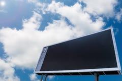Gli spazii in bianco hanno condotto il tabellone segnapunti con lo spazio della copia, fondo del cielo blu Fotografia Stock