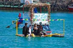 Gli spettatori guardano come partecipanti per prendere all'acqua dentro annualmente Immagini Stock