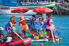 Gli spettatori guardano come partecipanti per prendere all'acqua dentro annualmente Fotografia Stock Libera da Diritti