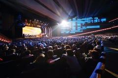 Gli spettatori guardano sulla scena al concerto di anniversario Fotografie Stock