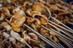 Gli spiedi del calamaro ad un alimento della via bloccano a fine settimana il mercato, Phuket, Tailandia Fotografie Stock Libere da Diritti