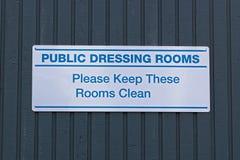Gli spogliatoi pubblici, li tengono prego segno pulito immagine stock