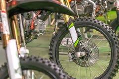Gli sport che corrono i motocicli hanno allineato la ruota aperta con i raggi gialli Immagine Stock