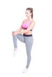 Gli sport di uso di donna indossano l'allungamento delle gambe prima dell'allenamento Immagine Stock Libera da Diritti