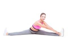 Gli sport di uso di donna indossano l'allungamento delle gambe prima dell'allenamento Fotografia Stock Libera da Diritti