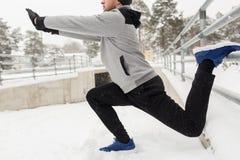 Gli sport equipaggiano l'allungamento della gamba a recintano l'inverno Immagine Stock Libera da Diritti