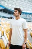 Gli sport equipaggiano la condizione allo stadio all'aperto e guardando da parte Fotografia Stock Libera da Diritti
