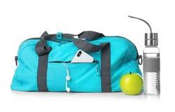 Gli sport insaccano e le attrezzature della palestra su fondo bianco fotografia stock libera da diritti