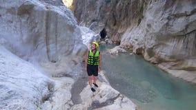 Gli sport viaggiano, fine settimana estremi dell'estate del turista felice della ragazza in casco protettivo e vestiti speciali c video d archivio
