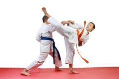 Gli sportivi eseguono il karatè accoppiato di esercizi Fotografie Stock