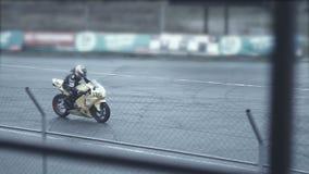 Gli sportivi su una bici gialla lascia una pista di moto video d archivio