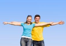 Gli sposi godono della vita all'aperto Immagine Stock
