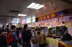 Gli spuntini si blocca a Kwai Chung Plaza in Hong Kong fotografie stock libere da diritti