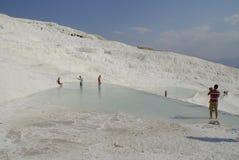 Gli stagni di acqua a terrazze del carbonato di calcio di Pamukkale, Fotografie Stock Libere da Diritti