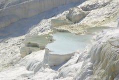 Gli stagni di acqua a terrazze del carbonato di calcio di Pamukkale, Fotografie Stock