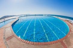 Gli stagni nuotano la spiaggia blu di feste del mare Immagine Stock
