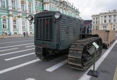 Gli stalinets del trattore sul palazzo quadrano a St Petersburg su 11 Augus Fotografie Stock Libere da Diritti