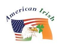 Gli Stati Uniti & le bandierine irlandesi si sono mescolati ed emblemi nazionali Immagine Stock