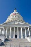 Gli Stati Uniti Campidoglio che sviluppa l'entrata con la bandierina degli Stati Uniti fluttuano Fotografia Stock