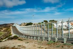 Gli Stati Uniti confinano la parete con il Messico nella California fotografia stock
