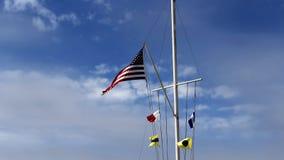 Gli Stati Uniti diminuiscono e bandiere navali che volano su Fla nautico Fotografia Stock Libera da Diritti