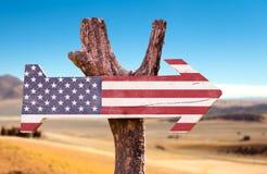 Gli Stati Uniti inbandierano il segno di legno con un fondo del deserto Immagini Stock