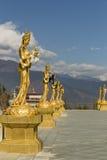 Gli statuti dell'oro si avvicinano al grande punto di Buddha a Thimphu Bhutan Fotografia Stock