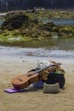 Gli stivali della chitarra insaccano sulla spiaggia fotografia stock libera da diritti