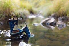 Gli stivali di gomma del bambino nel fiume Immagini Stock