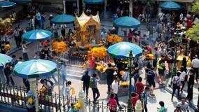 Gli stranieri e la gente locale visitano il santuario di Erawan Fotografia Stock Libera da Diritti