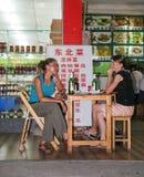 Gli stranieri nel ristorante a Guilin, porcellana Fotografia Stock