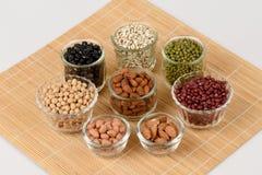 Gli strappi del lavoro, fagioli della soia, fagioli rossi, fagioli neri, arachide e fagiolini Fotografia Stock